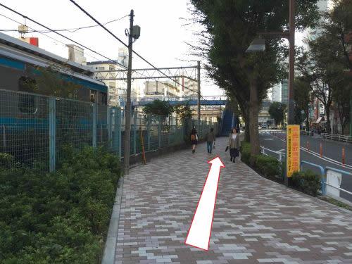 線路沿いに進んでください。
