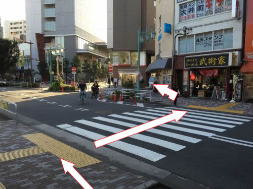 線路前の横断歩道を渡って左折してください