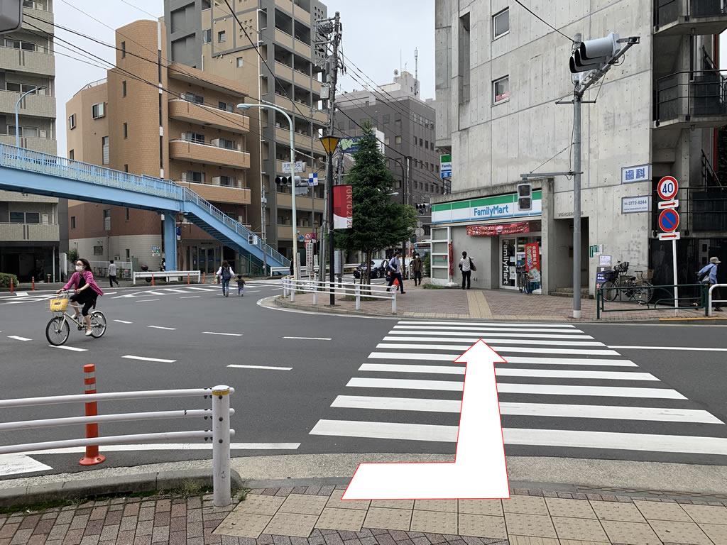 ファミリーマートに向かって横断歩道を渡ります