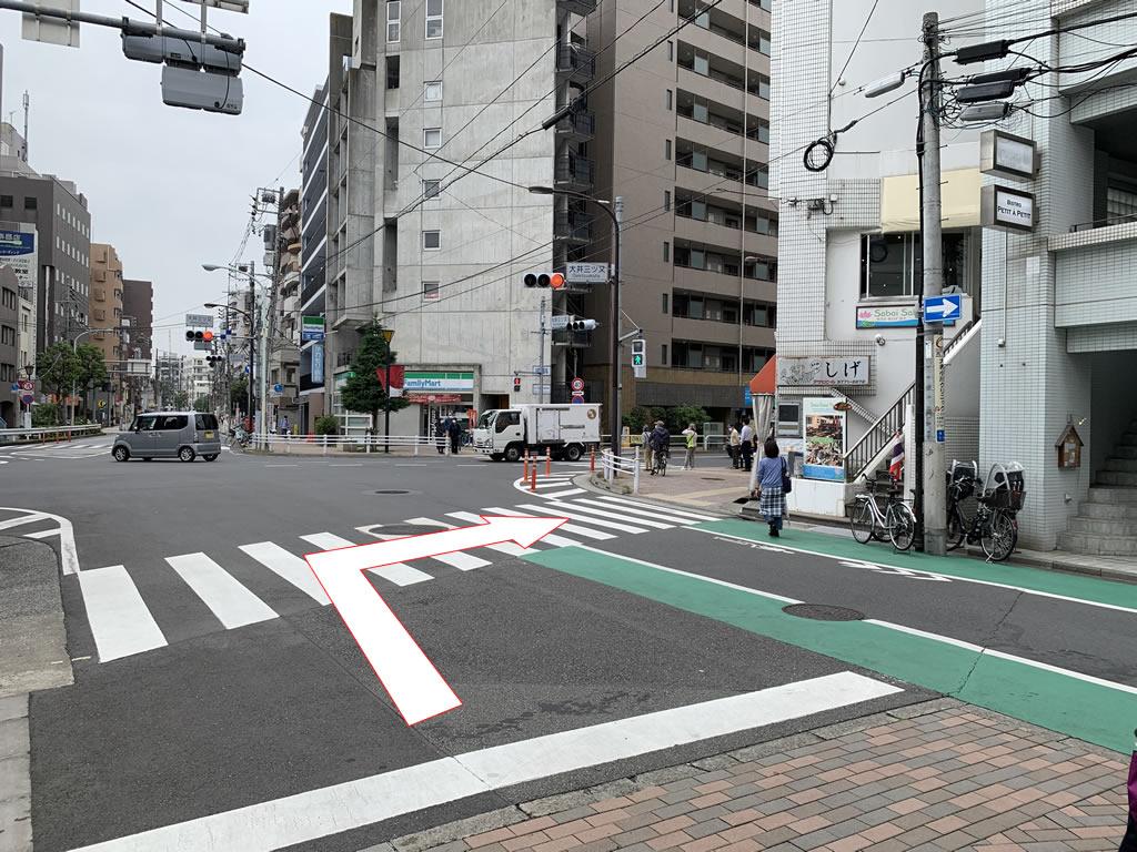 右折して横断歩道を渡ります
